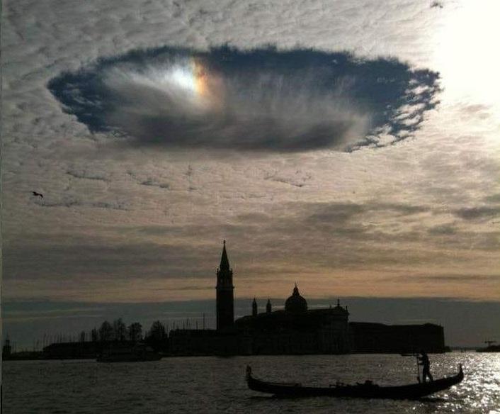 """Venezia: in cielo appare colossale """"Fallstreak Hole"""""""