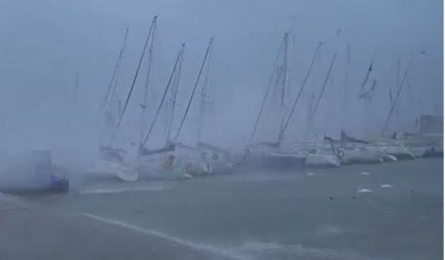 Bufera di vento e pioggia sul Garda: il lago diventa un mare in tempesta