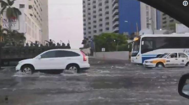 Il Mar de Fondo colpisce le coste messicane, auto travolte dalla mareggiata