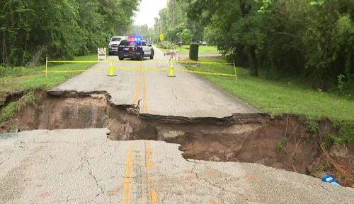 Intense precipitazioni in Texas, si apre una maxi voragine sulla strada