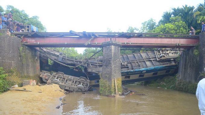 Treno cade da un ponte di ferro e precipita in un fiume, 4 morti e 66 feriti