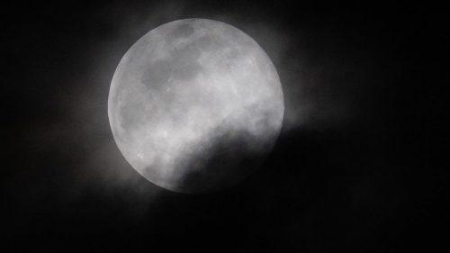 Spazio: misteriosi bagliori sulla Luna. Un studio ne rivelerà l'origine