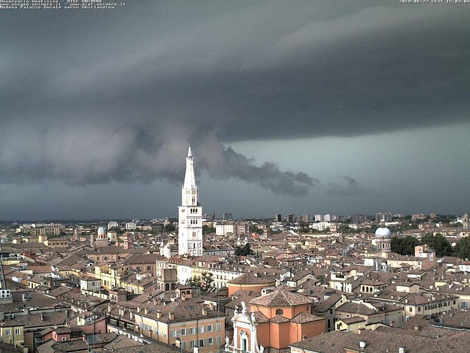 Violento downburst su Modena: grandinata genera gravi danni.