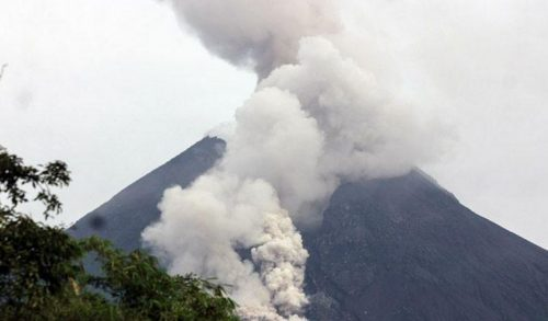 Il vulcano Merapi preoccupa: spaventosa eruzione con cenere a 3 km di altezza