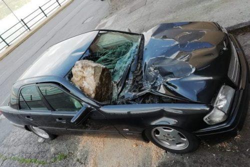 Enorme masso cade dai boschi e si schianta su un'auto, distrutta
