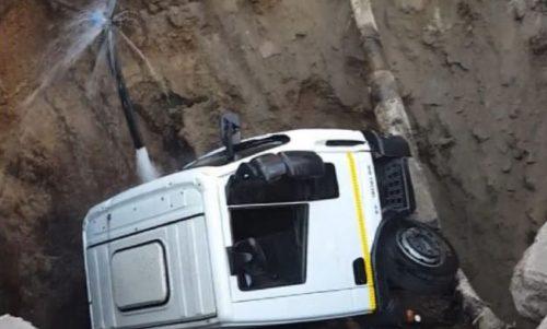 Enorme voragine si apre nel Napoletano, inghiottito camion dei rifiuti