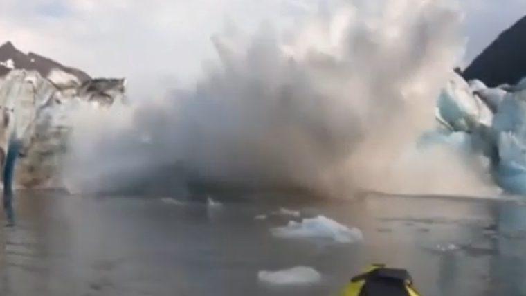 Crolla ghiacciaio in mare: escursionisti travolti. Il video