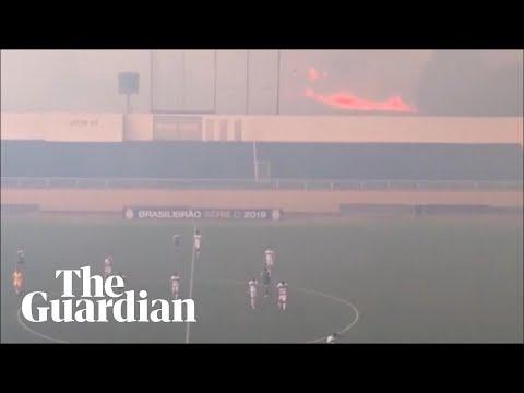 Brasile: incendio raggiunge campo di calcio. Partita interrotta