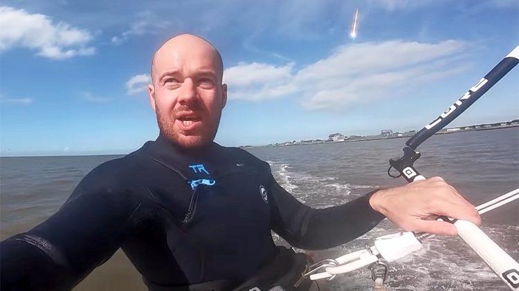Kitesurfer filma la sua impresa: bolide spaziale appare alle sue spalle