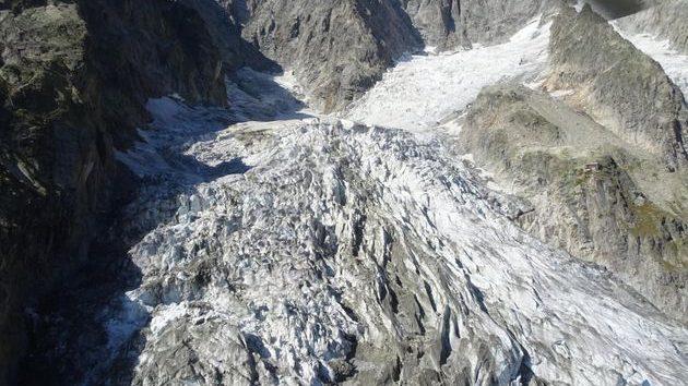 Ghiacciaio Monte Bianco: enorme blocco di ghiaccio si stacca dalla Grandes Jorasses