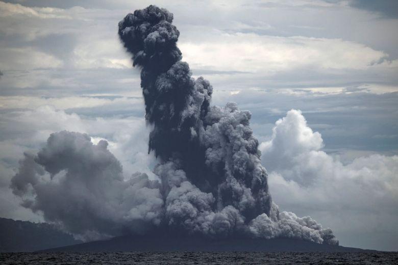 Anak Krakatau: nuova eruzione provoca colossale colonna di fumo. Il video
