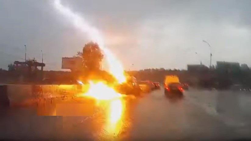 Fulmine colpisce due volte auto distruggendo i vetri. Il video