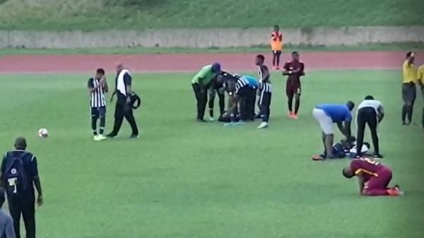 Fulmine colpisce due giocatori durante una partita di calcio. Il video