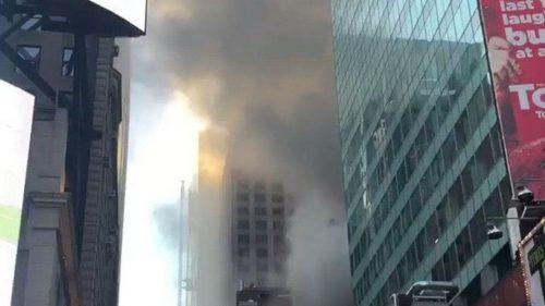 Incendio a New York: a fuoco edificio a Time Square