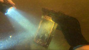 Scopre iPhone in un fiume dopo 15 mesi: è ancora funzionante