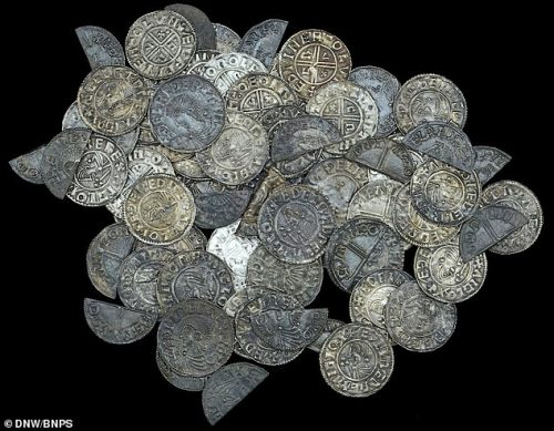 Inghilterra: scopre 99 monete d'argento con il metal detector