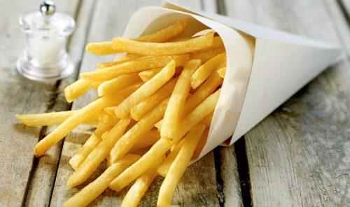 Mangia per dieci anni patatine e salsicce: le conseguenze devastanti per un giovane inglese