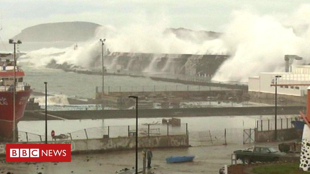 Lorenzo investe le Azzorre: l'oceano invade le case. Le immagini dello 'storm surge'