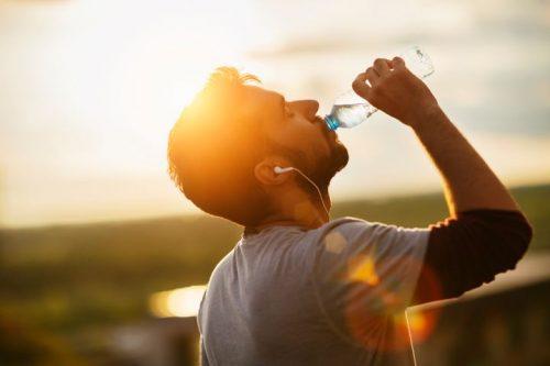 Bere acqua aiuta a prevenire l'influenza