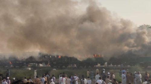 Violenta esplosione su un vagone, incendio a bordo del treno: almeno 73 morti
