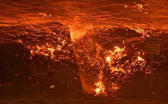 Enorme incendio colpisce Los Angeles: evacuate 100mila persone