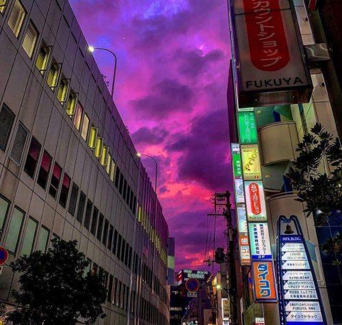Giappone: il potentissimo tifone si avvicina. Il cielo si colora di rosa. Il video