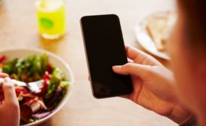 Dipendenza dagli smartphone: come riconoscere i sintomi