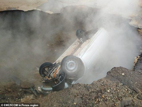 Russia: auto precipita in voragine con acqua bollente