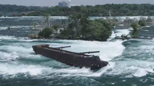 Cascate del Niagara, il maltempo spinge via la nave incastrata da 101 anni a un passo dal baratro
