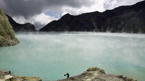 Drone 'scende' nel cratere del vulcano Ijen. Il video