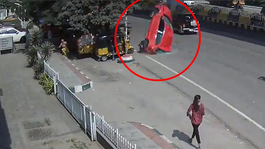 India: auto fuori controllo vola da un ponte. Il video