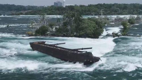 Niagara: una chiatta si avvicina alle cascate
