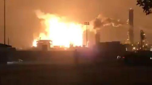Esplode impianto petrolchimico, boato avvertito a 50 km: evacuato l'intero quartiere