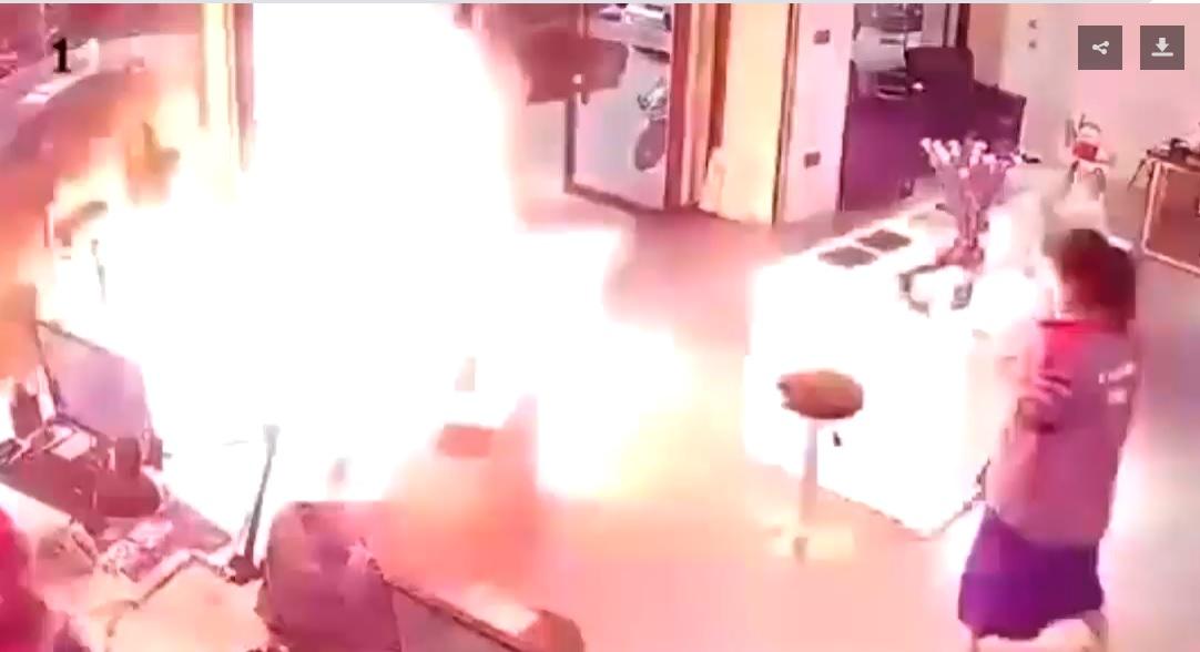 Cina: batteria di auto elettrica esplode in negozio. Il video