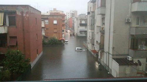 Reggio Calabria allagata: strade come fiumi in piena