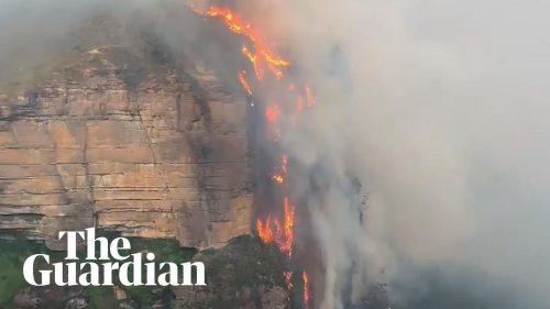 """Una """"cascata di fuoco"""" filmata in Australia"""
