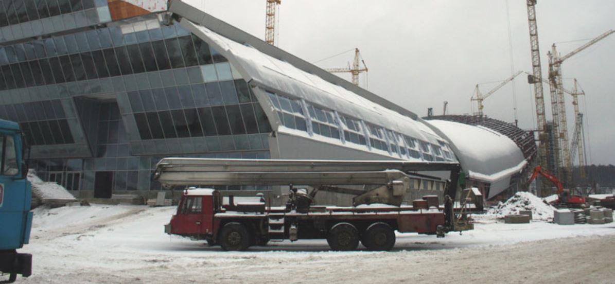 Troppo caldo in Russia: camion portano la neve artificiale a Mosca