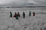 India: ondata di schiuma bianca raggiunge le coste