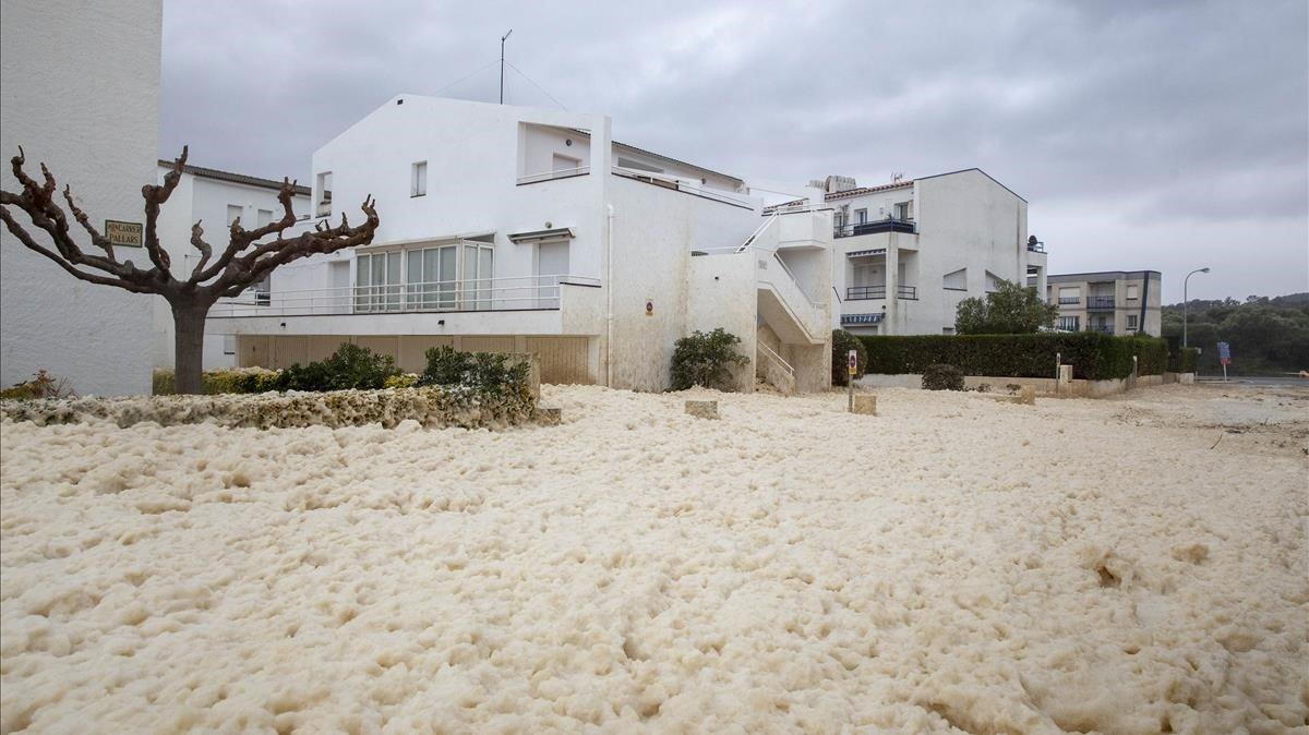 Spagna: una marea di schiuma invade la città di Girona