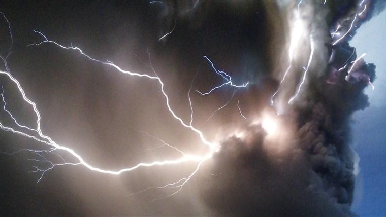 Fulmini dal Monte Taal: l'incredibile fenomeno. Il video