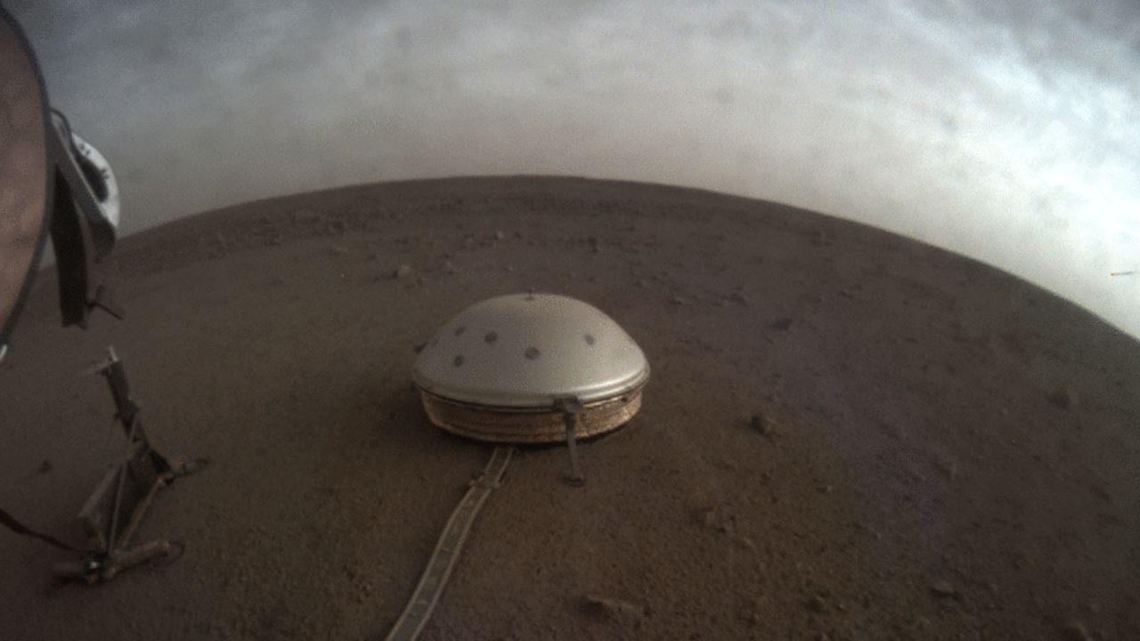 Scoperta su Marte, registrati 450 terremoti: è geologicamente attivo