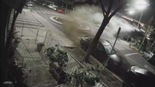 California: auto si schianta nella rotonda e 'prende il volo'