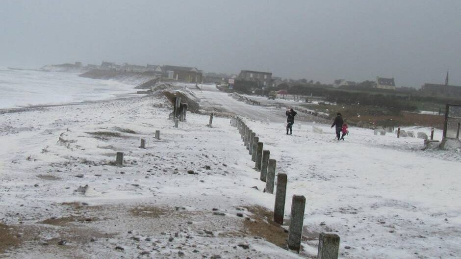 Francia: costa atlantica inondata da schiuma bianca
