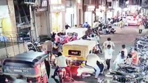 Panico Coronavirus in India: uomo starnuta in strada e viene pestato