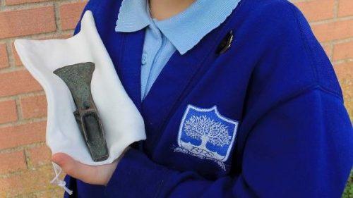 Inghilterra: gioca con il metal detector e scopre un'ascia dell'età del bronzo