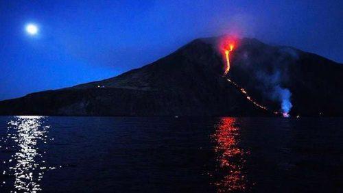 Nuova eruzione dello Stromboli: lava raggiunge il mare