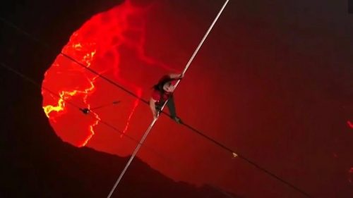Acrobata attraversa il lago di lava del vulcano Masaya. L'impresa record in un video