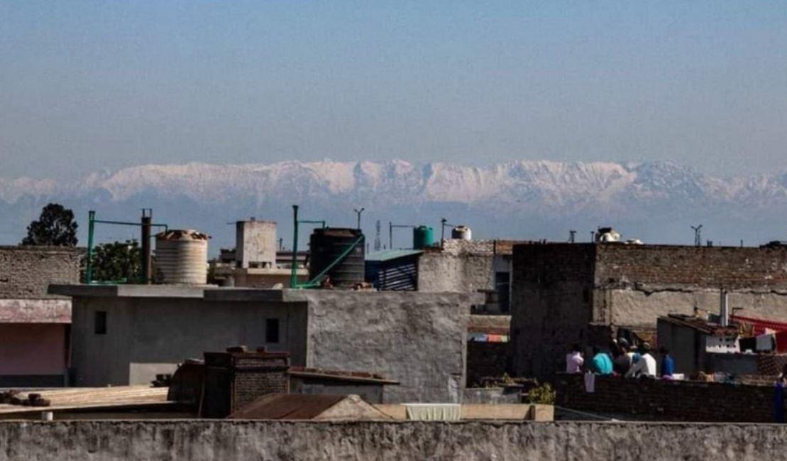 Coronavirus, lockdown in India: la catena dell'Himalaya torna visibile dalle grandi città