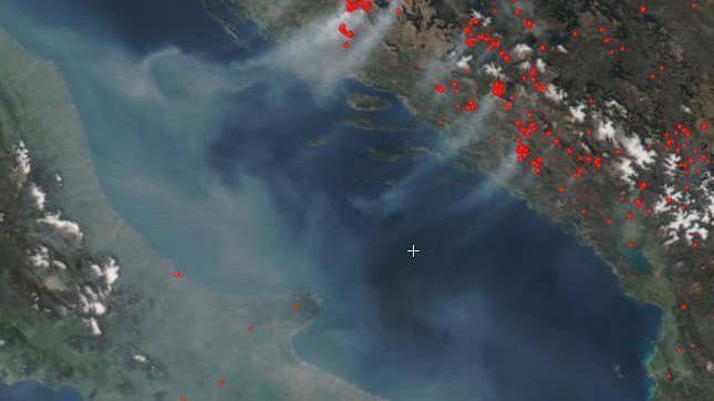 Incendi flagellano la Dalmazia: il fumo invade i cieli italiani