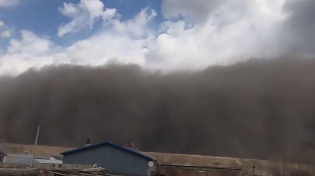 Una 'tempesta nera' avvolge le città occidentali della Cina